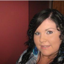Schwarze Haare, blaugrüne Augen
